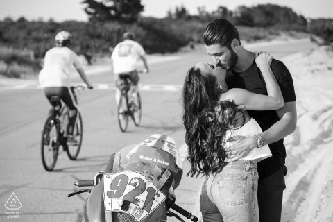 Falmouth Beach, Cape Cod MA ritratto di fidanzamento in spiaggia con una moto da corsa