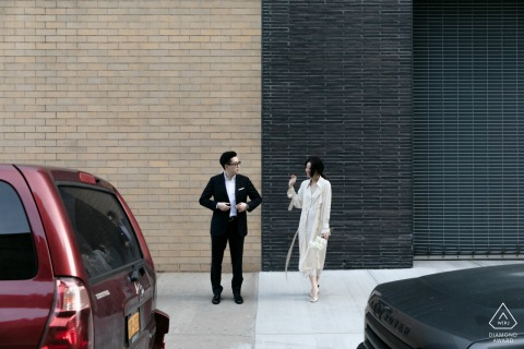 New York Minimal E-shoot voor een stel met bakstenen gebouwen en een paar auto's