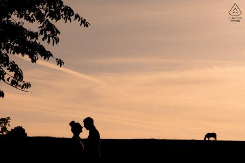 Lancashire England przedślubne portrety pary na farmie rodzinnej z zachodem słońca i przyrodą
