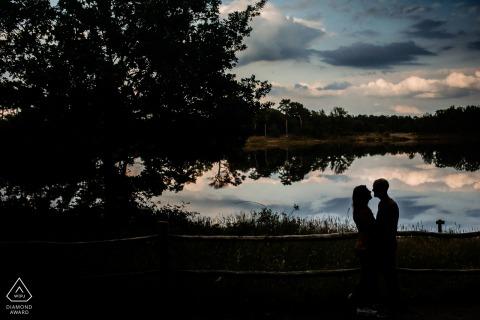 Landgoed Den Treek Paar im Reflexionssee bei Sonnenuntergang für Verlobungsporträts in Utrecht
