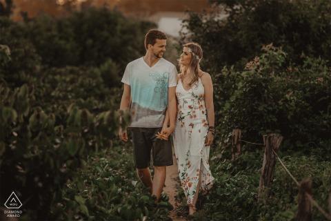 Aracruz e-session of couple walking in the greenery in Espírito Santo, Brazil