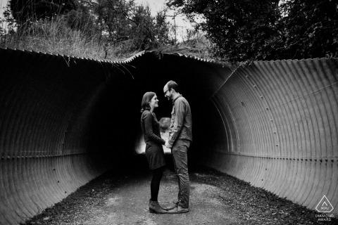 una sesión de retratos en el túnel del amor de Redwood City para su fotografía de compromiso