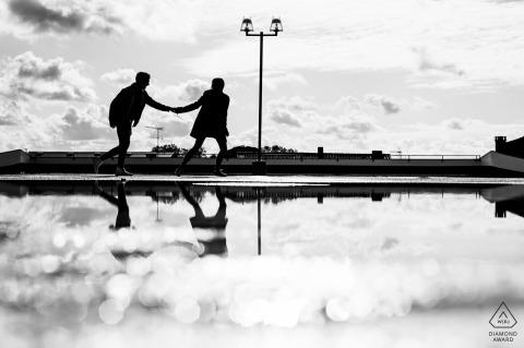 Sesión de retratos de compromiso de Agen | Silueta de una pareja cogidos de la mano y reflejada en el agua