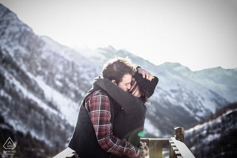 Cascata del Toce, Italië, een verloofd stel knuffelt de bergen tijdens een fotosessie