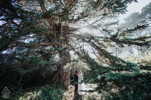 Réserve marine de Fitzgerald, Moss Beach, Californie couple entouré de l'amour de la lumière au cours de la séance photo de fiançailles