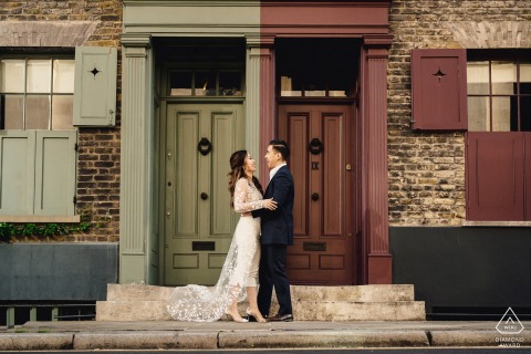 Ein Paar, das sich in einer Tür in einem Londoner Verlobungsporträt umarmt