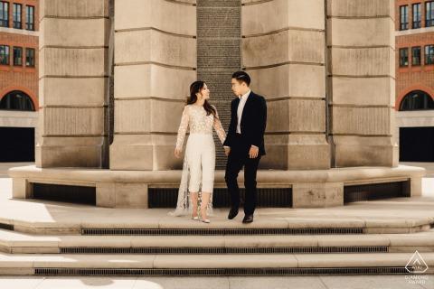 Londoner Verlobungsporträt eines Paares, das im reizenden Licht küsst