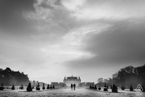 Tournage de fiançailles à Paris pour un couple marchant sous les nuages de France
