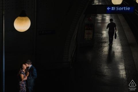 France Couple dans le métro lors de leurs fiançailles à Paris, séance de portrait avant le mariage
