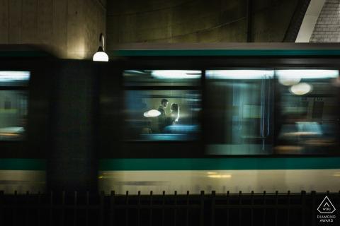 Couple de Paris dans le métro lors d'une séance de portrait d'engagement à vitesse d'obturation lente