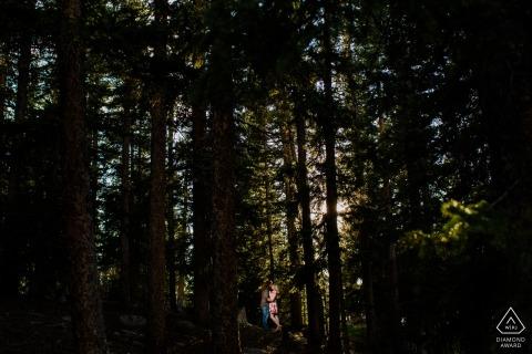 Echo Lake Park Coppia in piedi nei boschi di CO