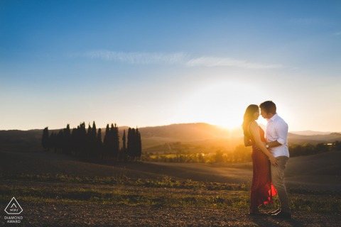Engagement photo session in Val d'Orcia at the sunset with the bright blue sky