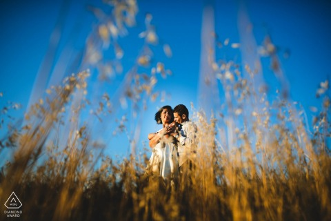 Engagement photo session in the tall grass fields of Le Crete Senesi, Tuscany