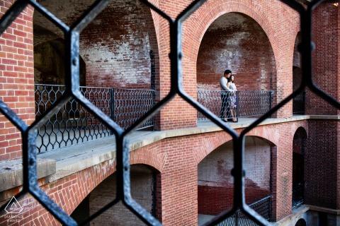 Pareja de San Francisco en el fuerte para retratos de compromiso de estilo militar