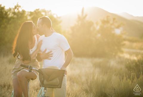 Águilas - Spanien Sonnenuntergangsporträts für ein junges Paar mit einem Fahrrad auf den Rasenflächen
