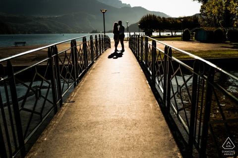 Annecy See - Frankreich Paar Porträt am Ufer des Annecy Sees, auf einer kleinen Fußgängerbrücke