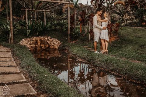 Santa Teresa, Espírito Santo E-Session with a couple posing in Brazil
