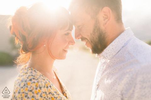 Vendée, France Photo rétro-éclairée d'un couple d'amoureux touchant la tête au coucher du soleil pendant leur séance de fiançailles