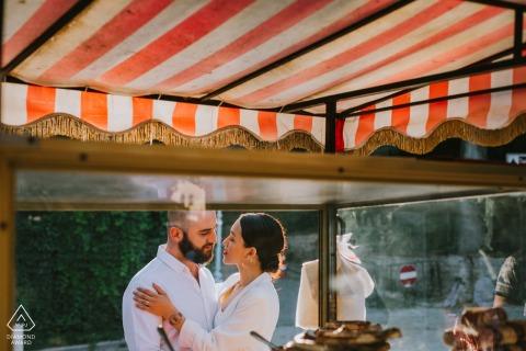 伊斯坦布爾土耳其夫婦通過百吉餅賣方窗口擺姿勢訂婚圖片