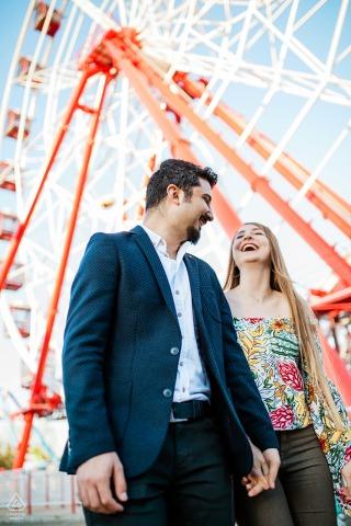 Istanbul, Turquie couple s'amusant dans la fête foraine pendant la session de portrait avant le mariage