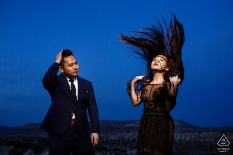 卡帕多西亞,土耳其訂婚攝影課程,光線明亮,藍天和飛舞的頭髮
