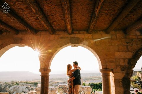 Türkei Sonnenaufgang Paar Sitzung unter den Steinbögen von Kappadokien