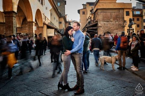 Sesión de fotos de compromiso de pareja de la ciudad ocupada en cámara lenta en Florencia