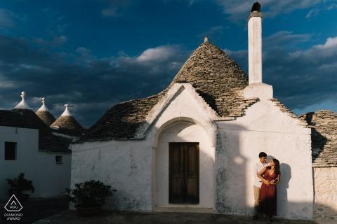Middagzonneschijn werpt schaduwen tijdens een paar verlovingsfotografie in Puglia