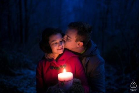 Kaars aangestoken paar engagement fotosessie van een warme knuffel op een koude nacht aan het Lago Maggiore, Italië