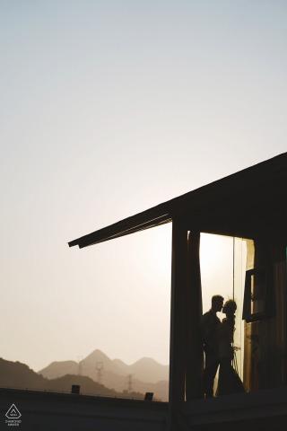 Retratos de compromiso de pareja de silueta en un hotel en China al atardecer