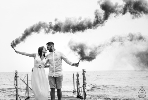 Smoke grenade bomb couple engagement photos in Águilas - Spain