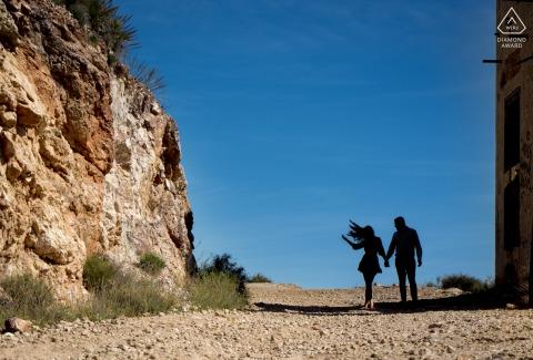 Verlobungsfotografie des Haarflipppaares in Almería - Spanien schoss als Silhouette in den Schatten