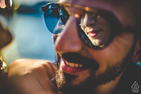 Photos de fiançailles de couple de réflexion de lunettes de soleil à Syracuse