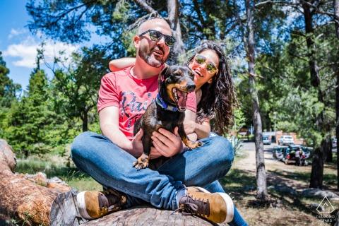 Kolorowa para z sesją zaręczynową psa w Jaén w Hiszpanii