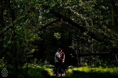 Colorado Paar Verlobungsfotografie bei Twin Lakes, CO im Wald hinterleuchtet
