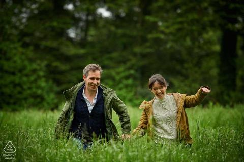 Séance photo d'engagement d'un couple sur l'herbe des champs à Gouesnach, France