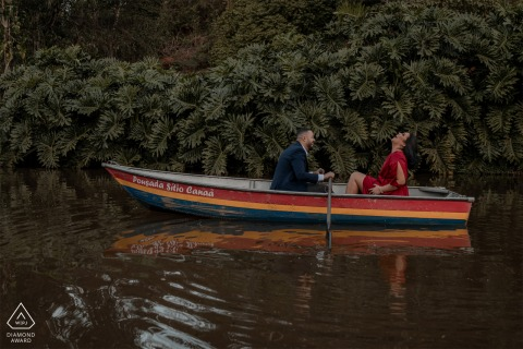 Santa Teresa, Espírito Santo, Brasilien-Verlobungsporträt auf dem See, der ein Boot rudert