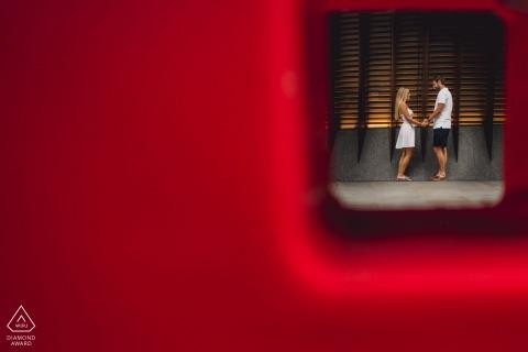 UK städtische Straßen Verlobungsfotos in London von Paar von rot gerahmt