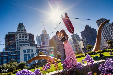Photographie de fiançailles d'amour pur et de soleil à San Francisco d'amoureux posant par la flèche de Cupidon