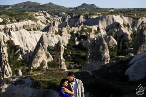 Portraits de fiançailles sur les falaises de montagne en Cappadoce, Turquie