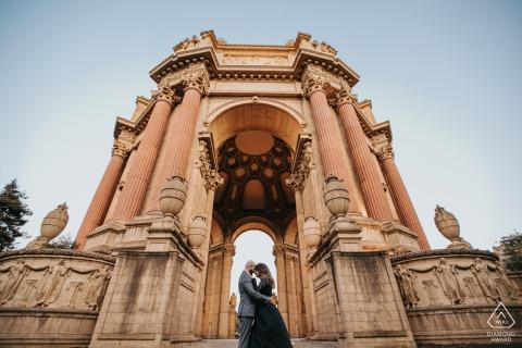 Palace of Fine Arts, San Franciso, Californië verlovingsportret vanuit een lage hoek