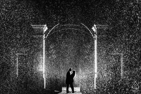 Ile de France Verlovingsshoot in de regen 's nachts met licht en in zwart-wit