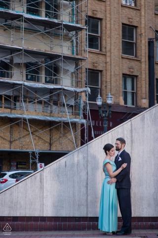 Ce couple s'habille pour se promener en ville pour leur séance de fiançailles avant un dîner ensemble dans le centre-ville de Portland, OU