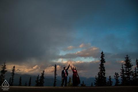 Een pas verloofd paar danst tijdens zonsondergang bij Squaw Pass Colorado