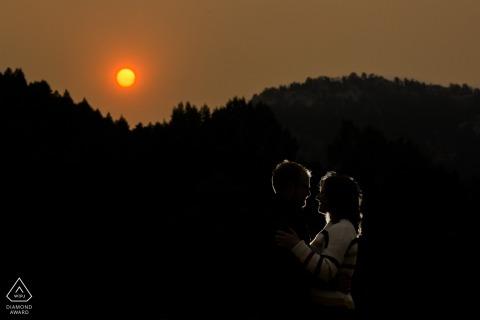 Koppel verlicht met oranje zon vanwege bosbranden tijdens deze Evergreen Lakehouse-verlovingssessie