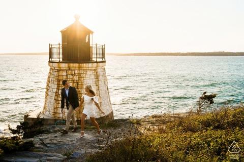 Sesión de compromiso de la hora dorada en Newport, Rhode Island en Castle Hill Lighthouse