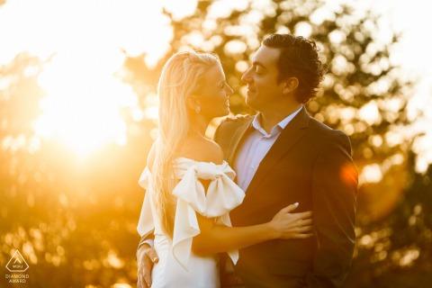 Goldene Stunde Verlobungsfotos bei Castle Hill, Newport, RI