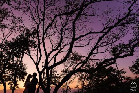 Sonnenuntergangsfoto des verlobten Paares am Schloss-Hügel, Newport, RI