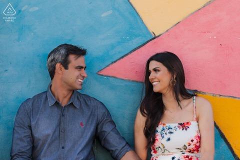 Un Lavras Novas, Brésil Couple appuyé contre le mur coloré pour leurs images avant le mariage