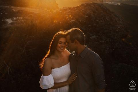 Lavras Novas, Brésil Couple embrassé au coucher du soleil pour leurs portraits de fiançailles